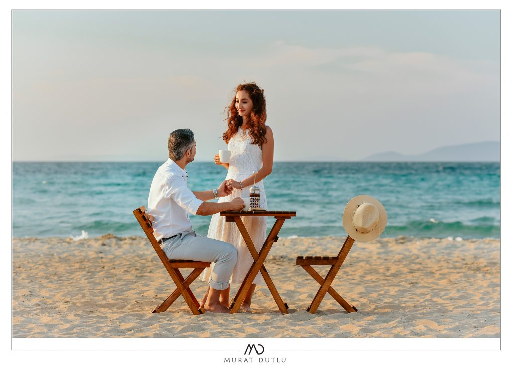 İzmir düğün fotoğrafçısı, sahilde masa sandalye konsept çekimi, murat dutlu