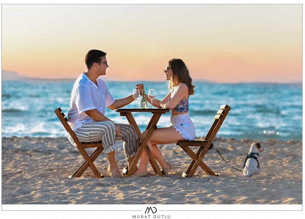 İzmir düğün fotoğrafları, Düğün fotoğrafçısı, Dış çekim İzmir, Sahilde masa sandalye konsepti