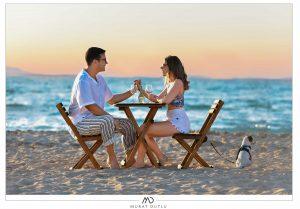 İzmir düğün fotoğrafçısı, Alaçatı düğün fotoğrafçısı, İzmir dış çekim fotoğrafçı sahilde masa sandalye konsepti